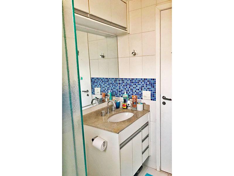 Ipiranga, Apartamento Padrão-Banheiro da suíte 1ª suíte com piso de cerâmica, armários planejados, gabinete, pia de granito e box de vidro.