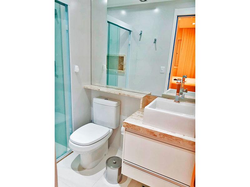 Ipiranga, Apartamento Padrão-Banheiro da suíte com piso de cerâmica, iluminação embutida, gabinete, pia sobreposta e box de vidro.