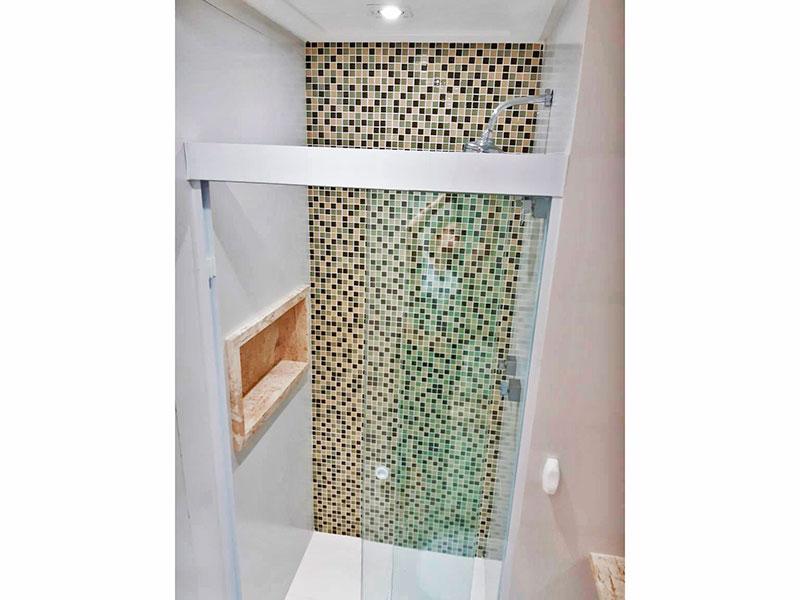 Ipiranga, Apartamento Padrão-Banheiro social com piso de cerâmica, iluminação embutida, gabinete, pia sobreposta e box de vidro.