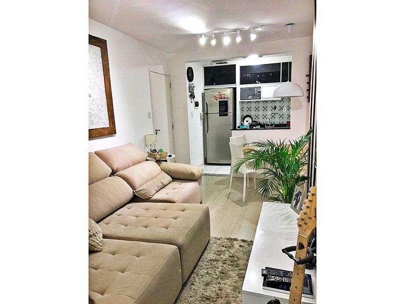 Sacomã, Apartamento Padrão - Sala irregular com piso de laminado e acesso a varanda.
