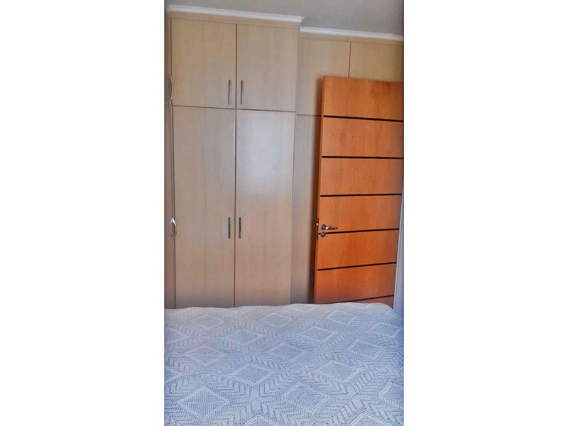 Sacomã, Apartamento Padrão-1º Quarto com piso de madeira, teto co moldura de gesso e armários planejados.