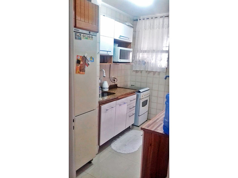Sacomã, Apartamento Padrão-Cozinha com piso de porcelanato, teto com moldura de gesso, gabinete, pia de granito e acesso a área de serviço.