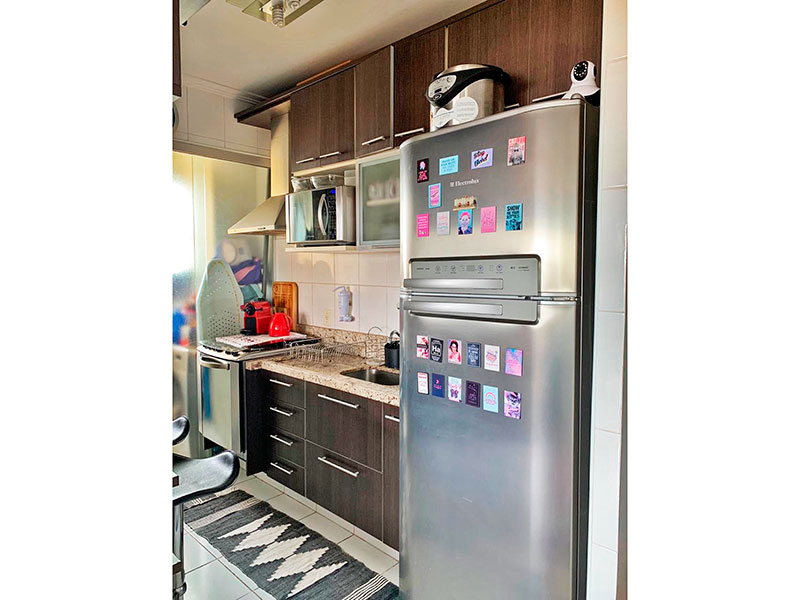 Sacomã, Apartamento Padrão-Cozinha americana com piso de cerâmica, teto com moldura de gesso, gabinete, pia de granito e acesso a área de serviço.