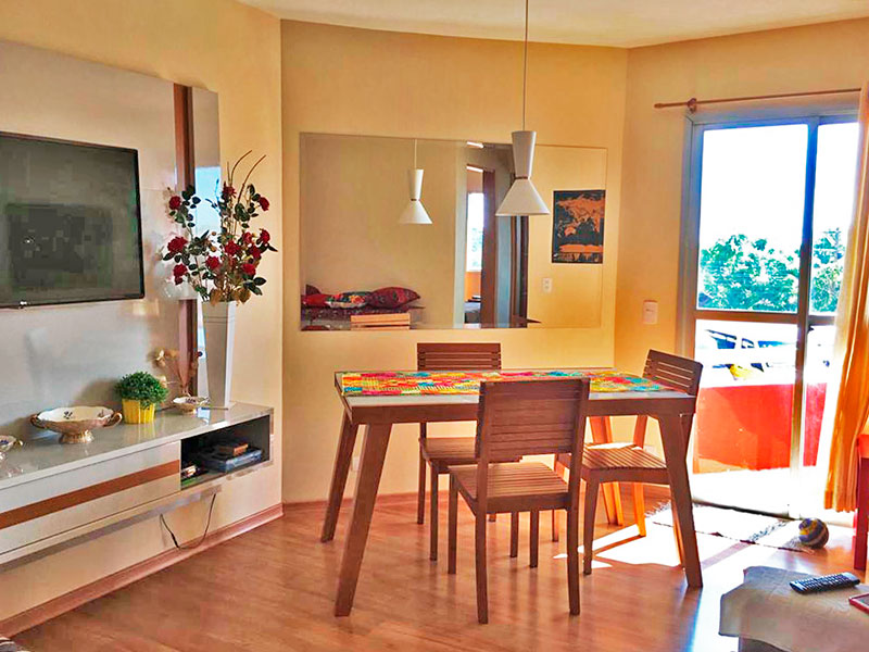 Jabaquara, Apartamento Padrão - Sala irregular com piso de laminado e acesso e sacada.