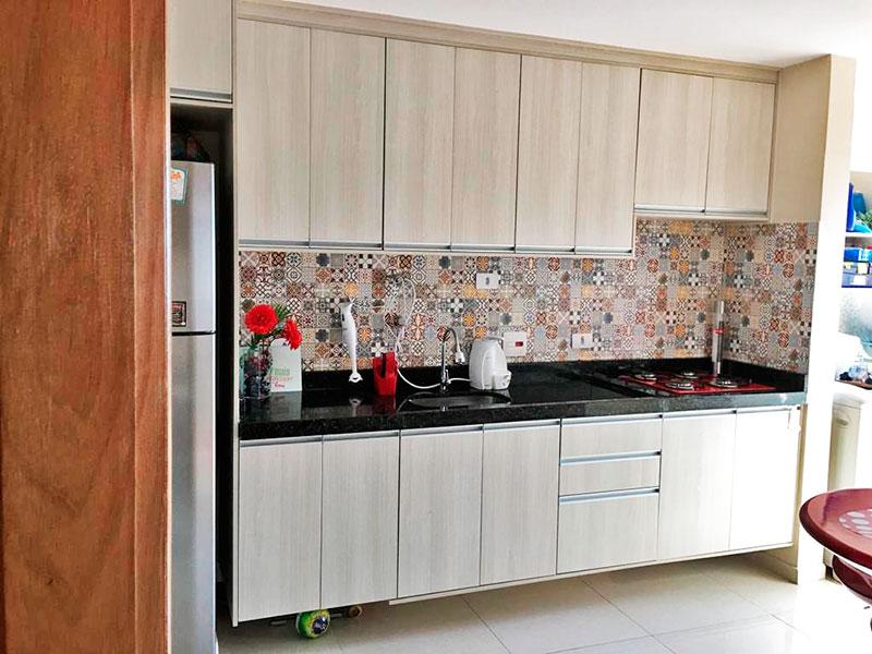 Jabaquara, Apartamento Padrão-Cozinha integrada com a área de serviço, com piso de porcelanato, armários planejados, gabinete, cooktop e pia de granito.