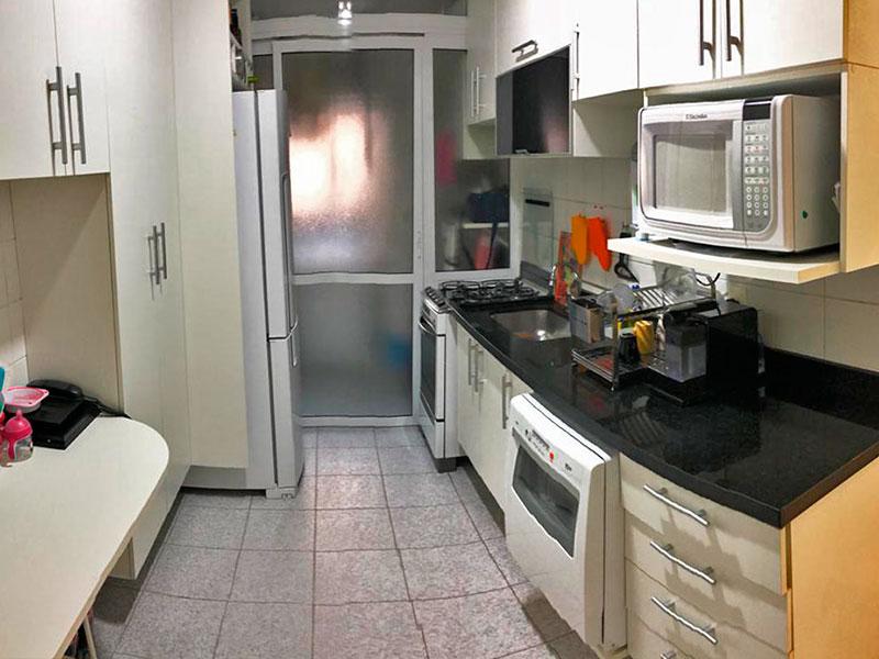 Ipiranga, Apartamento Padrão-Cozinha com piso de cerâmica, armários planejados, gabinete, pia de granito e acesso a área de serviço.