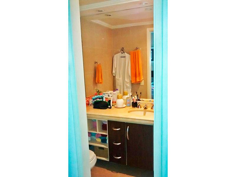 Ipiranga, Apartamento Padrão-Banheiro da suíte com piso de cerâmica, teto com moldura de gesso, iluminação embutida, gabinete, pia de mármore e box de vidro.