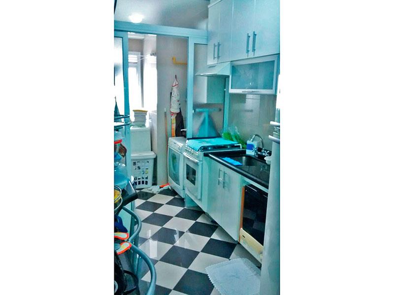 Ipiranga, Apartamento Padrão-Cozinha com piso de porcelanato, armários planejados, gabinete, pia de granito e acesso a área de serviço.