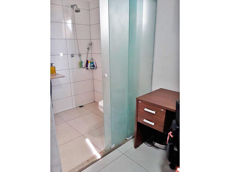 Jabaquara, Apartamento Padrão-Banheiro da suíte com piso de cerâmica e pia de granito.