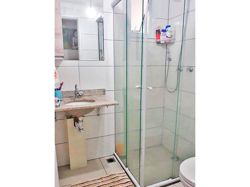 Jabaquara, Apartamento Padrão-Banheiro social com piso de cerâmica, teto com moldura de gesso, pia de granito e box de vidro.