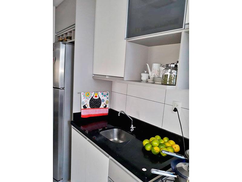 Jabaquara, Apartamento Padrão-Cozinha integrada com a área de serviço, com piso de cerâmica, armários planejados, gabinete e pia de granito.