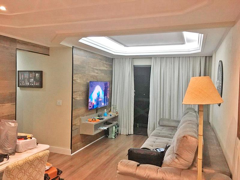 Sacomã, Apartamento Padrão - Sala com piso de laminado, teto com sanca de gesso, iluminação embutida e acesso a varanda.