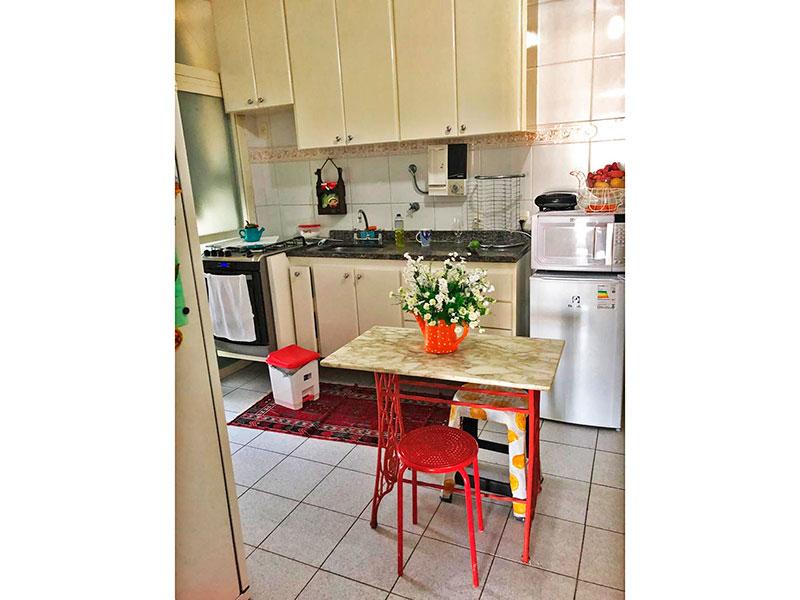 Ipiranga, Apartamento Padrão-Cozinha com com piso de cerâmica, gabinete, pia de granito e acesso a área de serviço.