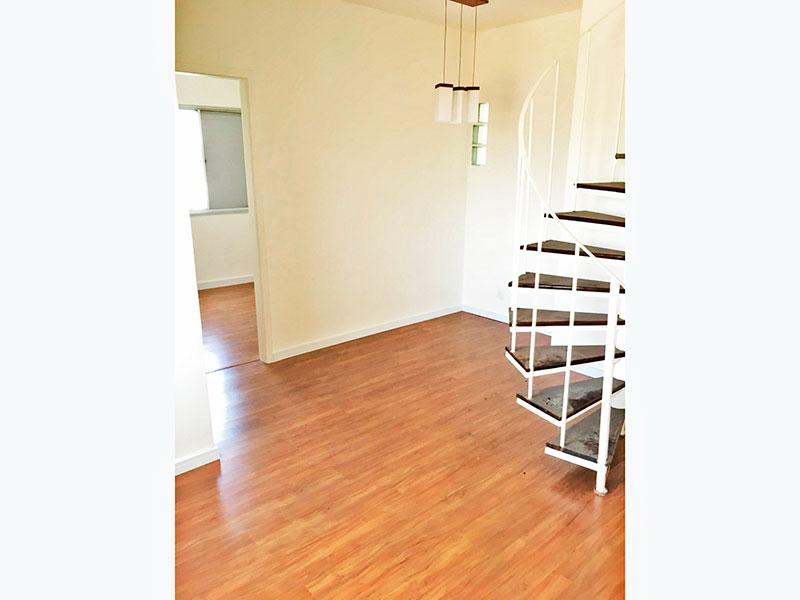 Jabaquara, Cobertura Duplex - Sala com piso laminado, acesso ao piso superior e acesso a varanda.