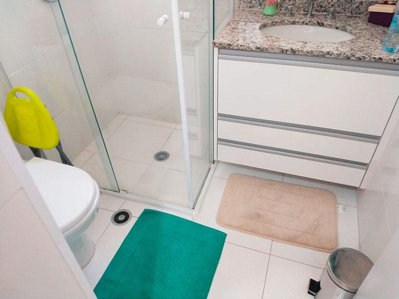 Sacomã, Apartamento Padrão-Banheiro social com piso de cerâmica, gabinete, pia de granito e box de vidro.