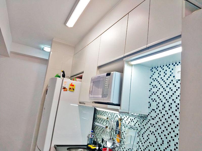 Sacomã, Apartamento Padrão-Cozinha americana com piso de porcelanato, teto com moldura de gesso, armários planejados, gabinete, pia de granito e acesso a área de serviço.