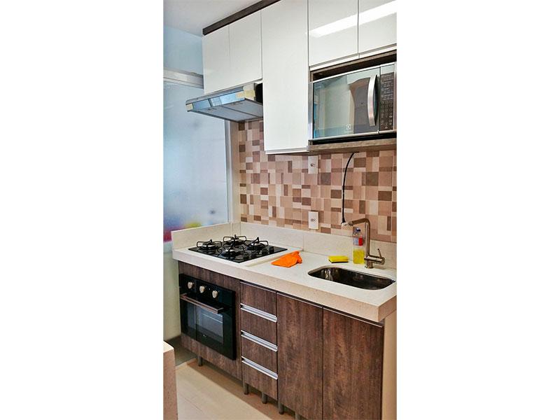 Sacomã, Apartamento Padrão-Cozinha com piso de porcelanato, armários planejados, gabinete, cooktop, pia de granito e acesso a área de serviço.