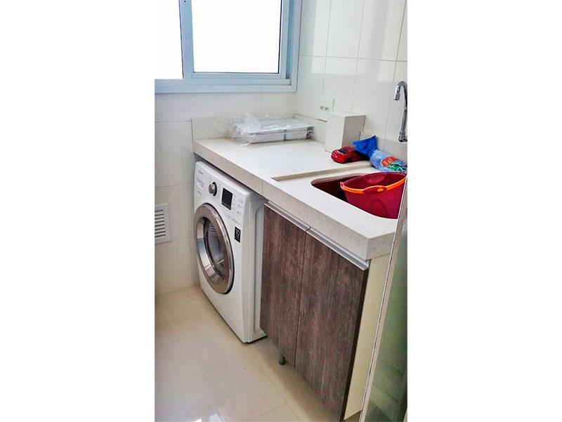 Sacomã, Apartamento Padrão-Área de serviço com piso de porcelanato, gabinete, pia de granito e aquecedor de passagem.