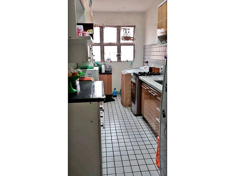 Ipiranga, Apartamento Padrão-Cozinha integrada com a área de serviço, com piso de cerâmica, gabinete e pia de mármore.