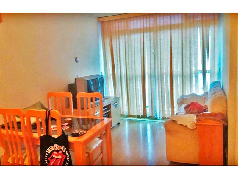 Sacomã, Apartamento Padrão - Sala com piso laminado, armários e acesso a sacada.