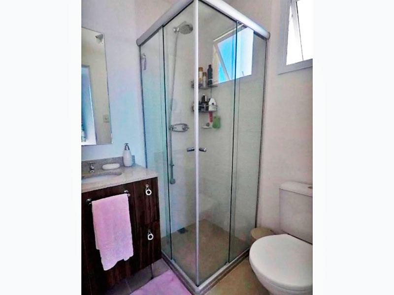 Jabaquara, Apartamento Padrão-Banheiro da suíte com piso de cerâmica, gabinete, pia de mármore e box de vidro.