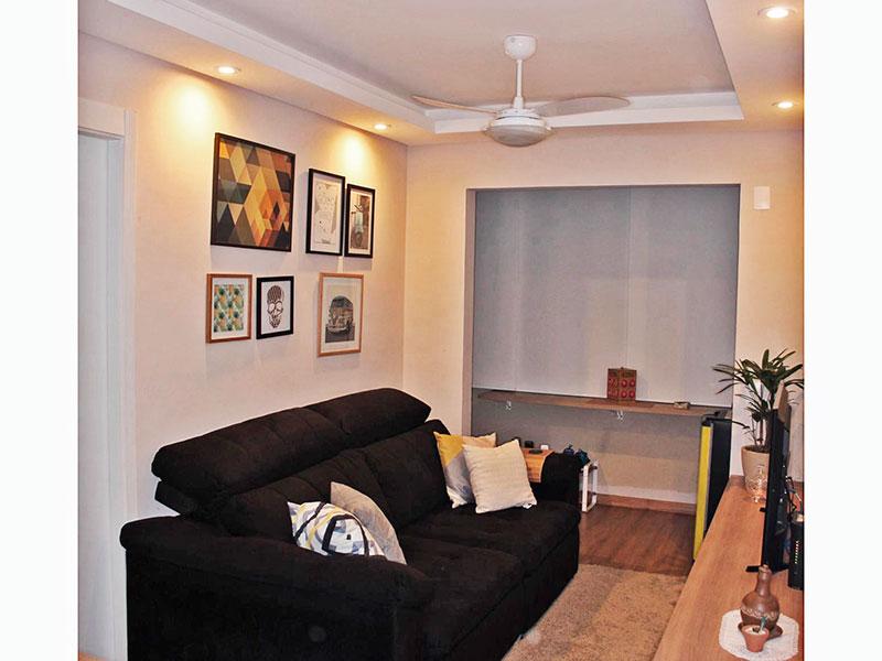 Jabaquara, Studio - Sala em com piso laminado, teto com sanca de gesso, iluminação embutida e acesso a sacada.