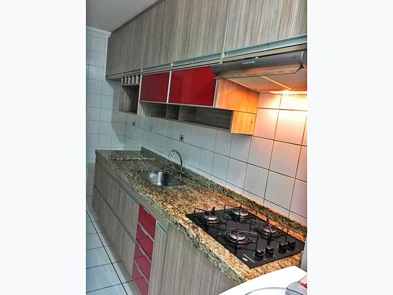 Sacomã, Apartamento Padrão-Cozinha integrada com a área de serviço, com piso de cerâmica, teto com moldura de gesso, armários planejados, gabinete, cooktop e pia de granito.