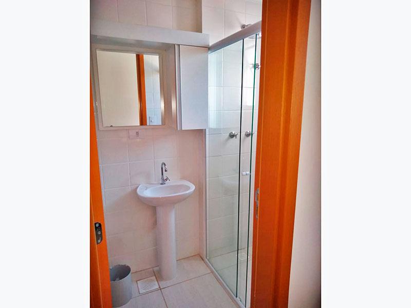 Ipiranga, Apartamento Padrão-Banheiro da suíte com piso de cerâmica, pia de porcelana e box de vidro.