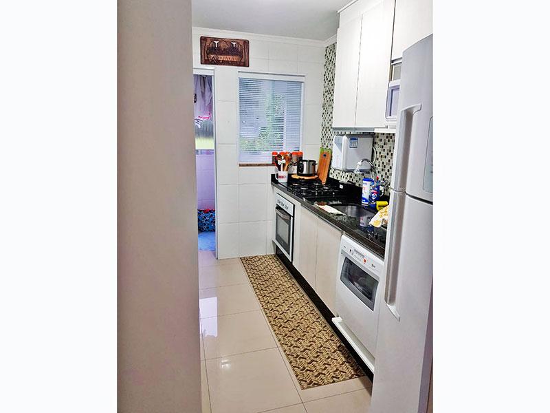 Sacomã, Apartamento Padrão-Cozinha com piso de porcelanato, teto com moldura de gesso, armários planejados, gabinete, cooktop, pia de granito e acesso a área de serviço.