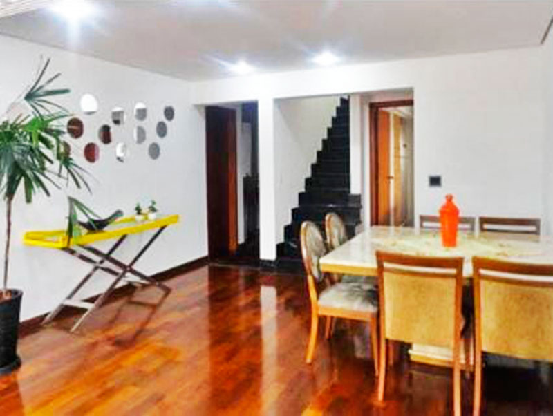 Ipiranga, Cobertura Duplex-Sala no piso inferior com piso de taco, teto com sanca, iluminação embutida, acesso a sacada e ao piso superior.