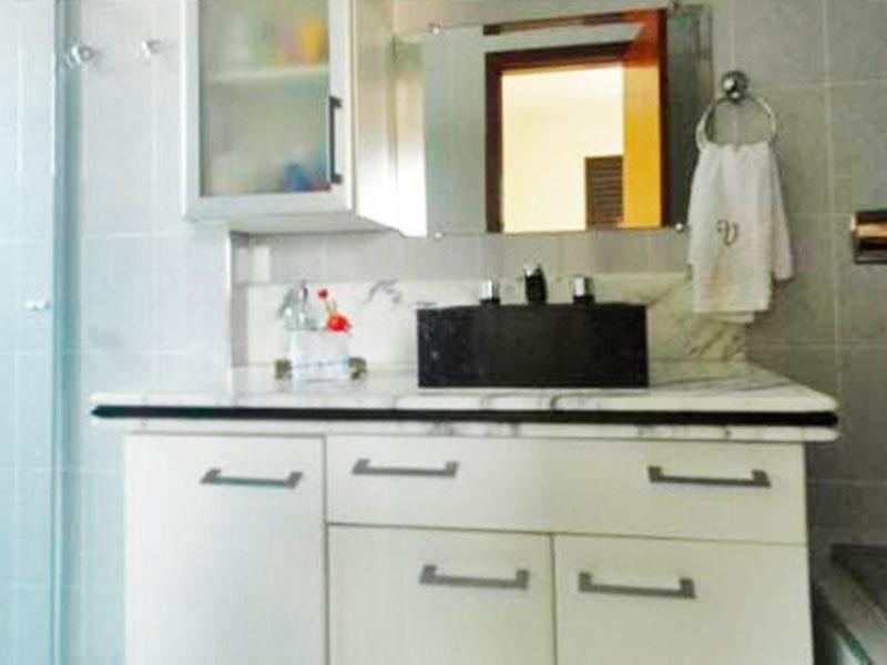 Ipiranga, Cobertura Duplex-Banheiro da suíte com piso de cerâmica, gabinete, pia sobreposta, box de vidro e banheira de hidromassagem.