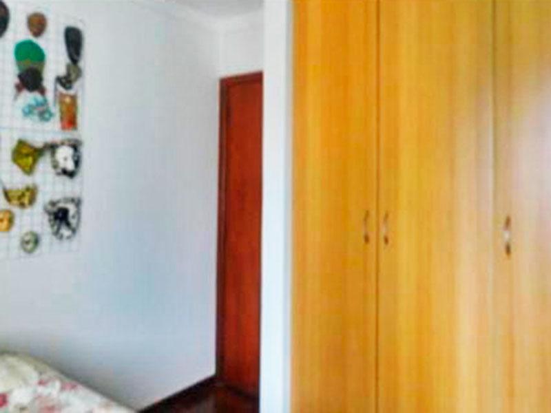 Ipiranga, Cobertura Duplex-2º Quarto com piso de taco, teto com moldura de gesso e armários planejados.