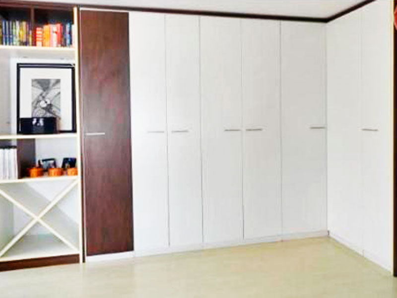 Ipiranga, Cobertura Duplex-Dependência de empregada com piso laminado e armários planejados.