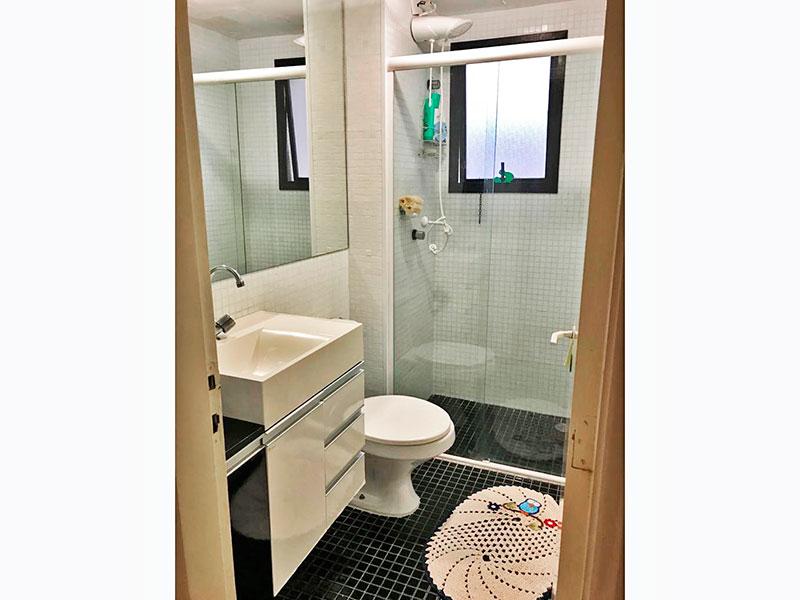 Jabaquara, Apartamento Padrão-Banheiro social com piso de pastilha, gabinete, pia sobreposta e box d e vidro.