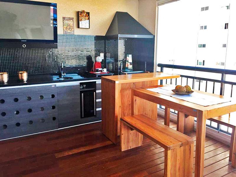 Sacomã, Apartamento Padrão-Varanda gourmet com piso de madeira, gabinete, pia de granito, churrasqueira e fechamento de vidro.
