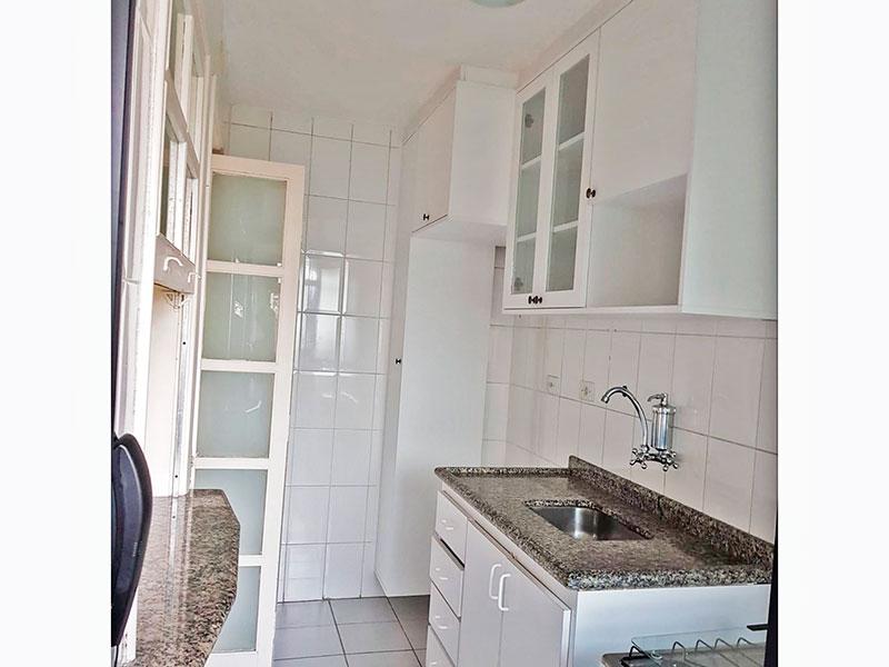 Jabaquara, Apartamento Padrão-Cozinha com piso de cerâmica, armários planejados, gabinete, pia de granito e acesso a área de serviço.