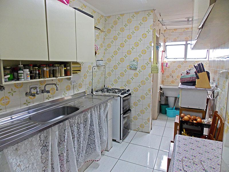 Sacomã, Apartamento Padrão-Cozinha com piso de cerâmica, teto com moldura de gesso e pia de aço inox.
