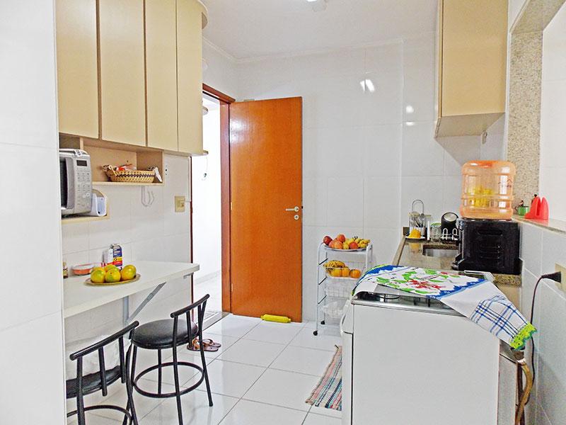 Ipiranga, Apartamento Padrão-Cozinha com piso de cerâmica, teto com moldura de gesso, gabinete, pia de granito e acesso a área de serviço.