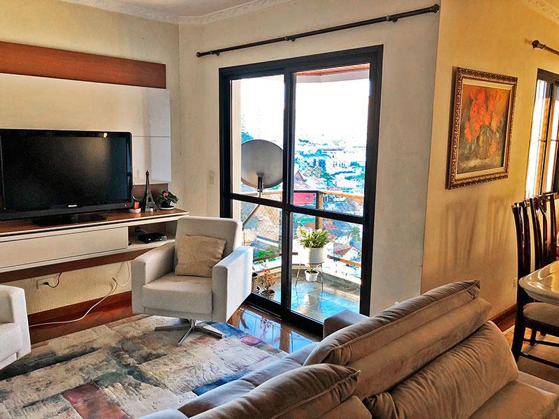 Ipiranga, Apartamento Padrão - Sala em L com piso de madeira, teto com moldura de gesso e acesso a sacada.