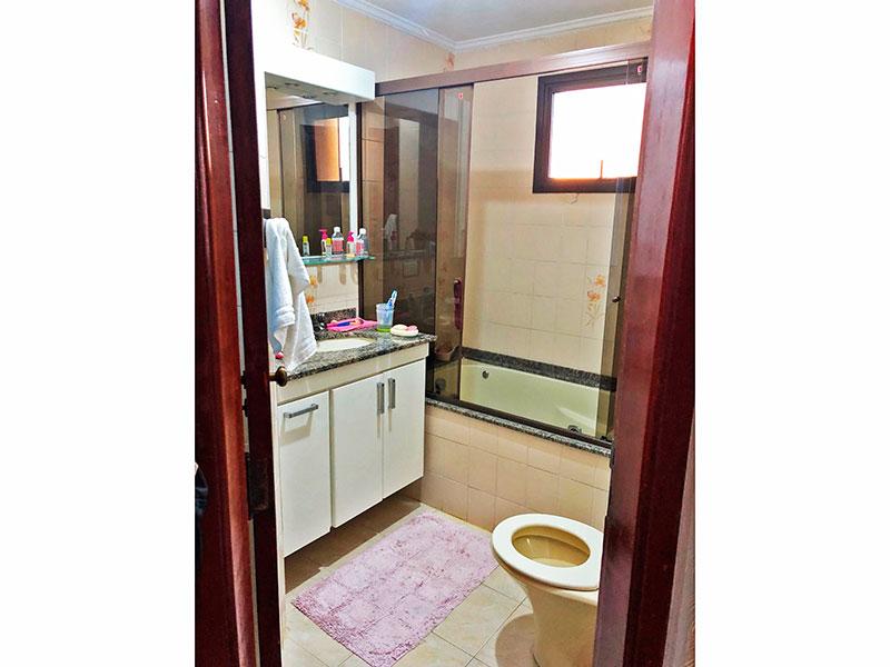 Ipiranga, Apartamento Padrão-Banheiro social com piso de cerâmica, teto com moldura de gesso, gabinete, pia de granito e banheira de hidromassagem.