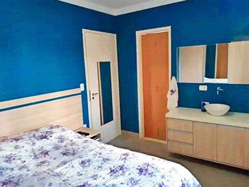 Jabaquara, Apartamento Padrão-1º Quarto (transformado em suíte com lavatório externo e gabinete), com piso laminado e teto com moldura de gesso e armários planejados.