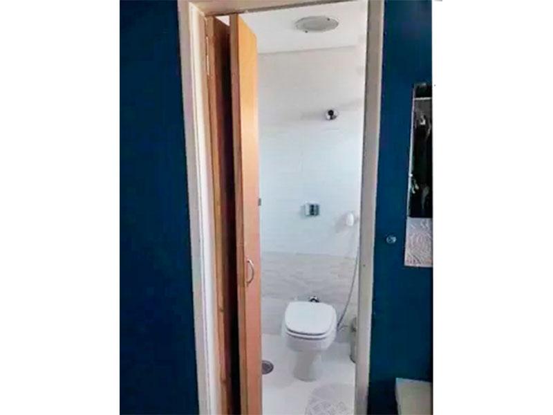 Jabaquara, Apartamento Padrão-Banheiro da suíte (Parte do banheiro social transformado em banheiro da suíte), com piso de cerâmica, teto com sanca, lavatório externo, gabinete e box de vidro.