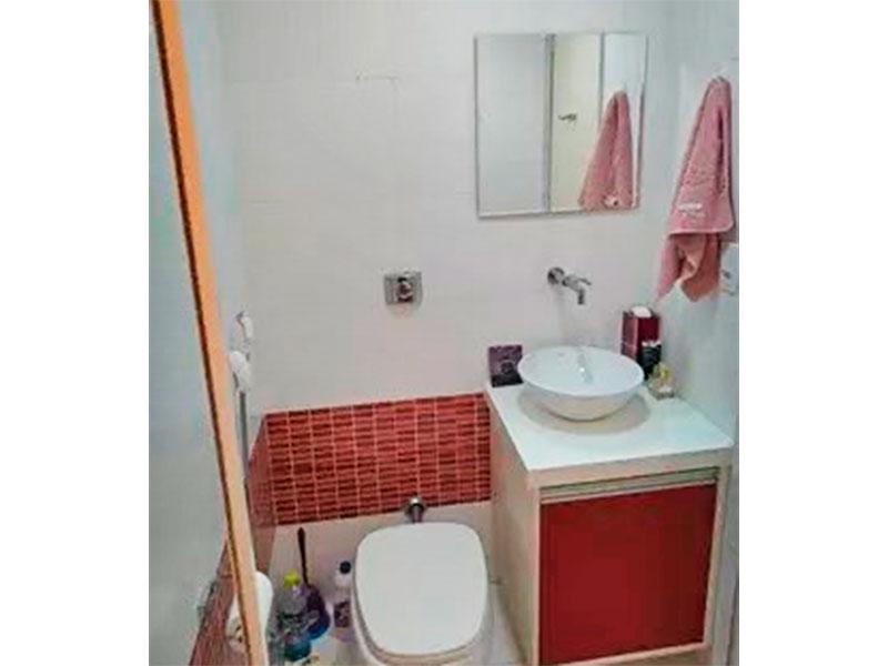 Jabaquara, Apartamento Padrão-Banheiro social (dividido em 02 banheiros, social e o da suíte), com piso de cerâmica, gabinete, pia sobreposta e box de vidro.