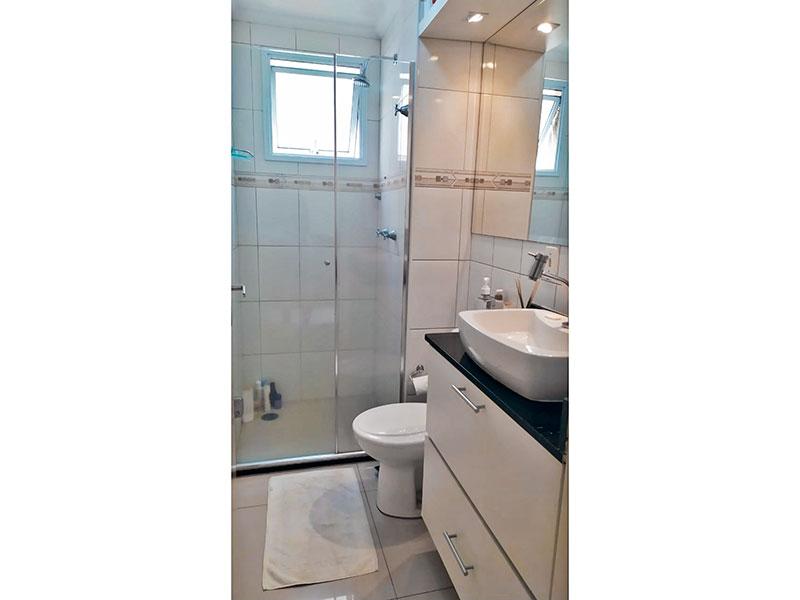 Sacomã, Apartamento Padrão-Banheiro social com piso de porcelanato, teto com moldura de gesso, gabinete, pia sobreposta e box de vidro.
