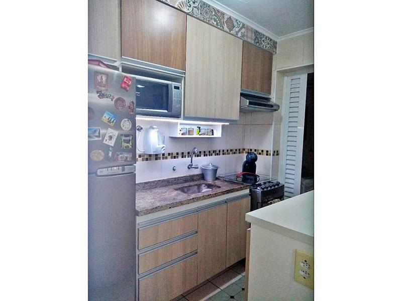 Sacomã, Apartamento Padrão-Cozinha com piso de cerâmica, teto com moldura de gesso, armários planejados, gabinete e acesso a área de serviço.