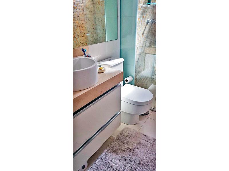 Ipiranga, Apartamento Padrão-Banheiro social com piso de cerâmica, gabinete, pia sobreposta e box de vidro.