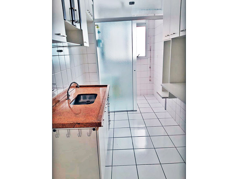 Sacomã, Apartamento Padrão-Cozinha com piso de cerâmica, teto com moldura de gesso, armários, gabinete, pia de granito e acesso a área de serviço.