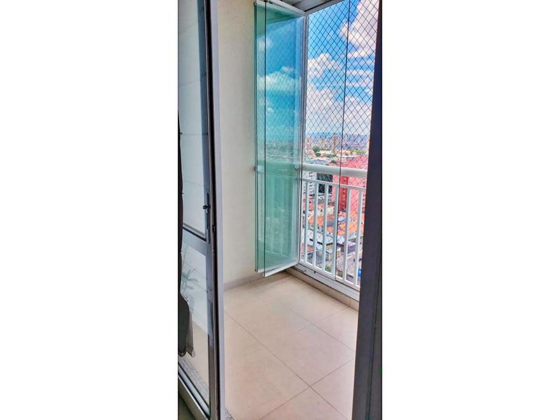 Sacomã, Apartamento Padrão-Varanda com piso de cerâmica, teto com sanca, fechamento de vidro e tela de proteção.