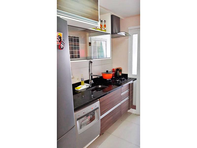 Ipiranga, Apartamento Padrão-Cozinha com piso de porcelanato, teto com sanca, gabinete, cooktop, pia de granito e acesso a área de serviço.