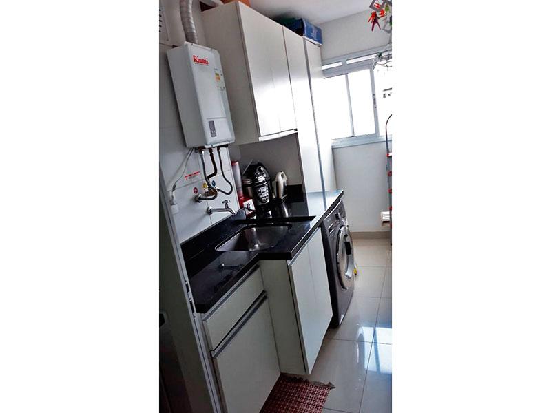 Ipiranga, Apartamento Padrão-Área de serviço com piso de porcelanato, gabinete, pia de granito e aquecedor de passagem.